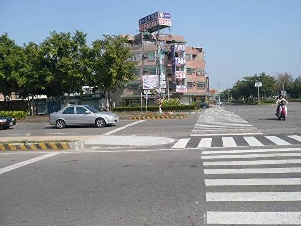 在市區友忠路與自由路口的行人穿越道,原有行人穿越道行經分隔島處有約20公分的高低差障礙,改善後如圖。(嘉義市政府交通處提供)
