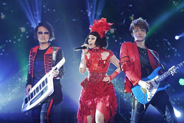 """F.I.R.""""2013光合之旅演唱会Light up the way""""首场26日在新加坡开唱。(图/华纳提供)"""