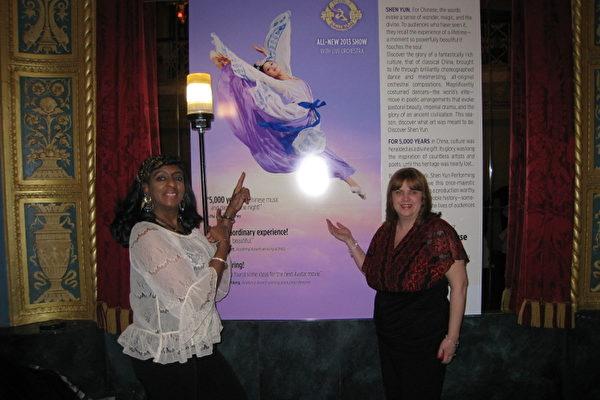 1月25日晚,在亨利‧福特医院工作的Angela Burton和Sue Elliott在底特律歌剧院观赏了美国神韵纽约艺术团在底特律的第二场演出。(摄影:林朴/大纪元)