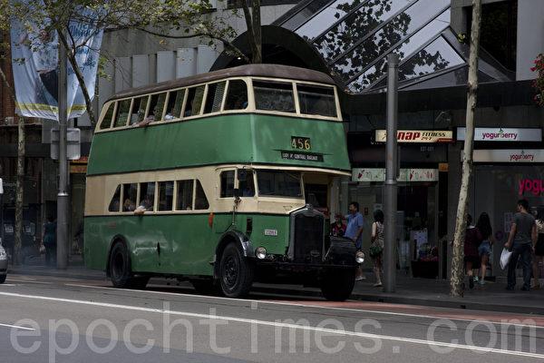 只有澳洲国庆日才能看到的老式公共汽车,当天可以免费乘坐,游览悉尼闹市区。(摄影:袁丽/大纪元)