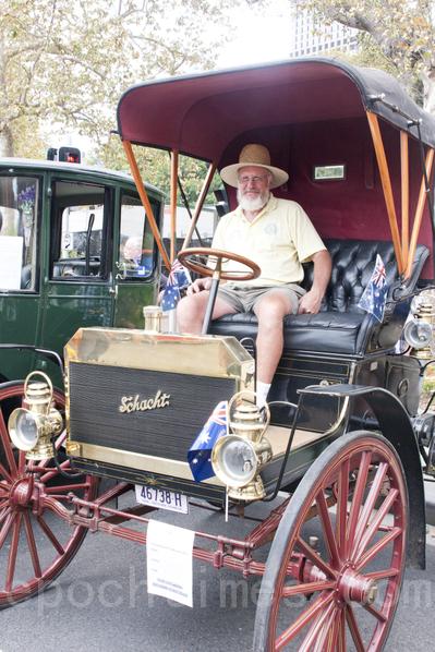 Alen Miller的车出厂于1908年,是当天最受欢迎的车之一,车主Miller自豪地坐在自己的爱车上。(摄影:袁丽/大纪元)
