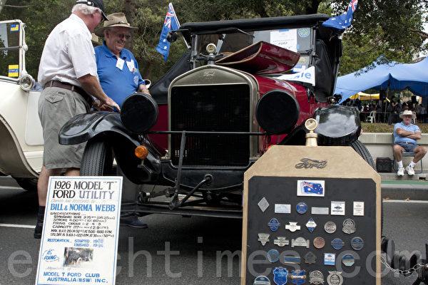这辆车的荣耀都挂在这块板子上,这么多的荣誉徽章,名誉在身,份量超重啊!(摄影:袁丽/大纪元)