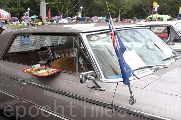 """这款车的创意是车主的温馨体贴,一盘早餐挂在车窗旁。""""饿了吗,请享用吧!""""(摄影:袁丽/大纪元)"""
