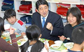 日本政府一直注重教育,並將中小學生在校午餐作為教育系統不可分割的一項工作,其特點是當日烹飪,拒絕隔夜速凍餐食,營養均衡,罕有油炸食品和甜食,主要以穀物、蔬菜、魚肉食物為主,外加一碗熱湯。五十多年如一日,這樣的傳統被沿襲,使日本青少年不僅獲得健康的體魄,肥胖率在過去6年中呈每年遞減的走勢,保持在世界最低水平。 圖:日本首相安倍在東京一所小學與學生共進午餐。 (圖源: AFP/AFP/Getty Images)
