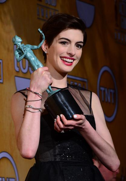安‧海瑟薇因在《悲惨世界》中成功演绎了女工芳汀,而获得第19届演员工会奖最佳女配角奖。(图/FREDERIC J. BROWN/AFP/Getty Images)