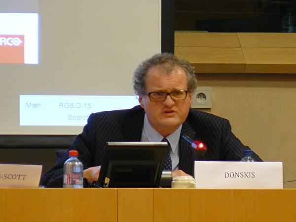 歐洲議會議員萊昂尼達斯(Leonidas Donskis)說:「人們難以相信在一個文明的國度裡這樣的事情還可能發生。對於歐洲和北美來說,這樣的反人類罪行只能和納粹相提並論。」(攝影:李孜/大紀元)