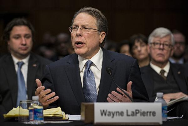 在质疑声中,国会参议院1月30日召开控枪听证会,共和党和步枪协会仍然持很多反对声音,控枪提案恐难在国会通过。全美步枪协会首席执行官韦恩.拉皮埃尔(Wayne La Pierre)在一份提前准备的证词中表示,限制枪支的举措并不能取得效果。(BRENDAN SMIALOWSKI/AFP/Getty Images)