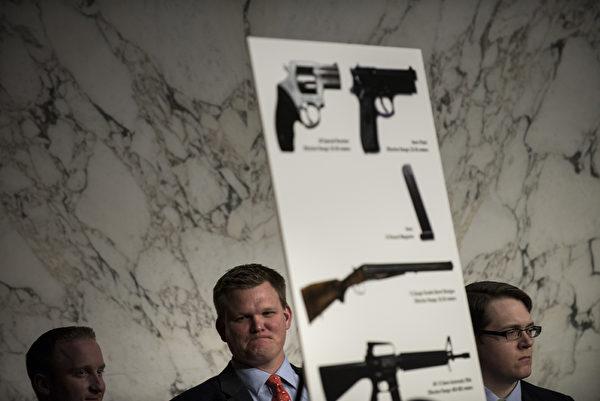 在质疑声中,国会参议院1月30日召开控枪听证会,共和党和步枪协会仍然持很多反对声音,控枪提案恐难在国会通过。(BRENDAN SMIALOWSKI/AFP/Getty Images)