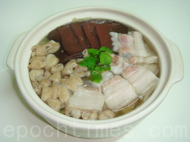 殺豬菜是東北名菜,用白肉、豬血腸與酸菜燉煮成湯鮮肉嫩的佳餚。(攝影:彩霞/大紀元)