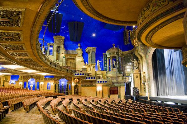 2013年神韵在悉尼的演出剧院华丽无比(伊罗逊摄影)