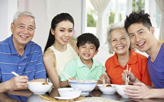 年三十晚上全家人团圆共进晚餐是中国人的传统习俗。图为一个三代同堂的家庭。(Fotolia)
