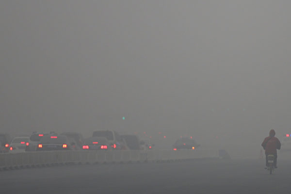"""日本《朝日新闻》6日报导,日本驻华大使馆对在华日本人举行说明会,讨论应对雾霾天气的对策。会上,日本使馆方面直言,""""现在在北京生活的人们就像是在做动物实验的感觉""""。图为雾霾笼罩下的北京城。(Feng Li/Getty Images)"""