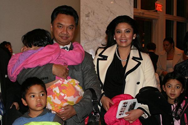 印度尼西亚驻美大使Dino Patti Djalal 和大使夫人Rosa Rai Djalal带着三个孩子Alexa、Keanu、Chloe一起观看了1月31日在肯尼迪歌剧院的神韵演出。(摄影:常静/大纪元)