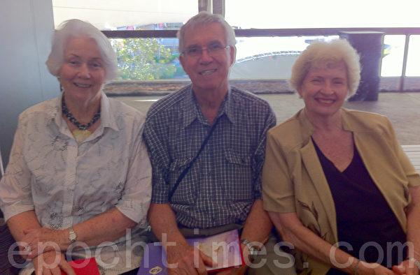 2月2日下午,澳洲农业科学家John Thompson(中)在昆士兰歌剧院观看了神韵演出。(摄影:贾谊/大纪元)