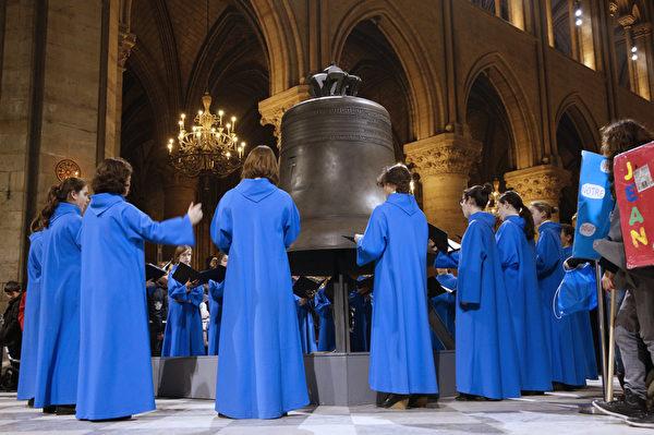 2013年2月2日,巴黎大主教在巴黎聖母院正廳為9座巨型銅鐘中體型最大、鐘聲最洪亮的「瑪麗」祈福。(FRANCOIS GUILLOT/AFP)