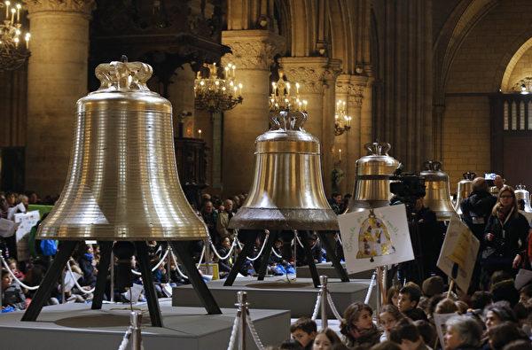 2013年2月2日,巴黎聖母院為組鐘舉行祈福儀式。(FRANCOIS GUILLOT/AFP)