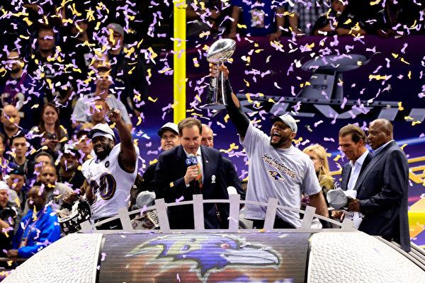 2013年2月3日,NFL第47屆超級杯在新奧爾良落下帷幕,巴爾的摩烏鴉隊以34-31險勝舊金山49人隊,隊史上第二次獲得超級碗冠軍。(Jamie Squire/Getty Images)