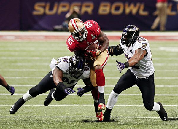 2013年2月4日,美國新奧爾良,NFL第47屆超級杯冠軍戰中,烏鴉隊和49人隊的競爭十分激烈。(Win McNamee/Getty Images)