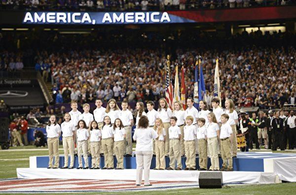 2013年2月4日,美國新奧爾良,NFL第47屆超級杯冠軍戰,主辦單位邀請紐約桑迪胡克小學的學生演唱