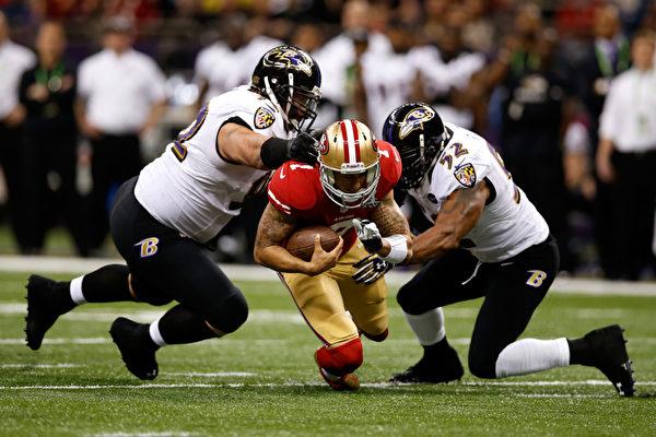 2013年2月4日,美國新奧爾良,NFL第47屆超級杯冠軍戰中,烏鴉隊的防守非常成功,緊緊盯死了49人隊的接球員,讓49人隊的鋒線無法發揮作用。(Chris Graythen/Getty Images)