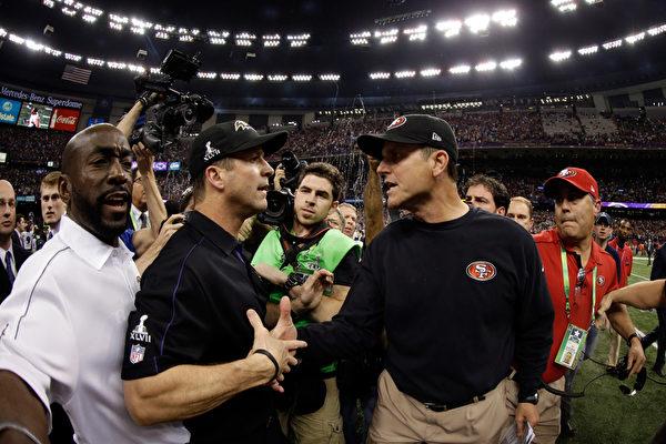 這次超級杯的對戰組合很巧的是 ,烏鴉隊的總教練約翰.哈勃(John Harbaugh,左)與49人隊的總教練吉姆.哈勃(Jim Harbaugh,右)是兄弟檔。(Ezra Shaw/Getty Images)