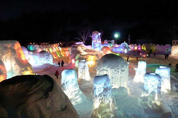 冰涛庆典是日本北海道具有代表性的冬季活动,支笏湖庆典主办单位相关人士表示,为了让更多台湾、香港等观光客在农历春节来欣赏,活动特别延到2月17日。(照片由北海道千岁观光联盟提供)