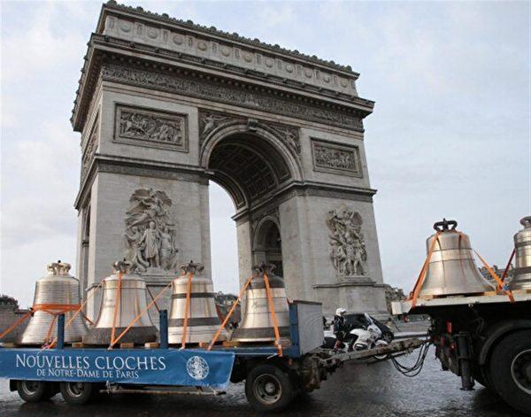 承載新鐘的卡車經過凱旋門。(JACQUES DEMARTHON/AFP/Getty Images)