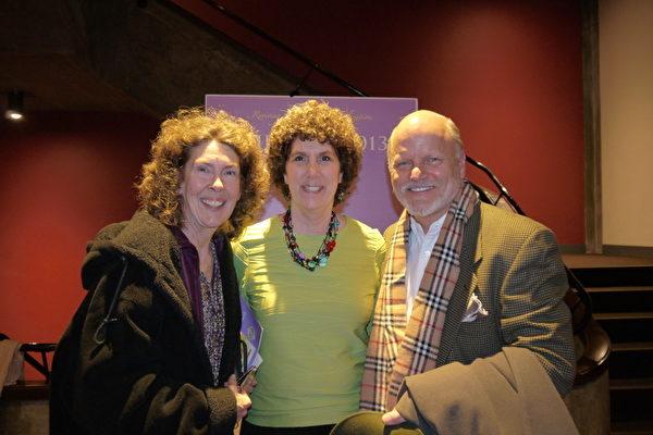 平面设计师Hank Dragoo(右)同太太和其妹妹一起观看了2013年2月5日在印第安纳的神韵演出,并对舞蹈家和音乐家们之自律和训练有素表示十分尊敬。(摄影:温文清/大纪元)