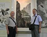 画家任陆森(左)和他的黄山画作(中)。(图:作者提供)