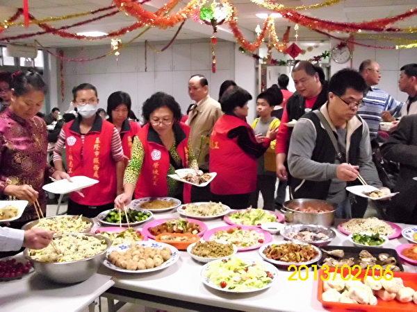 荣欣志工亲自烹调美味佳肴,关怀荣民过好年。(基隆荣服处提供)
