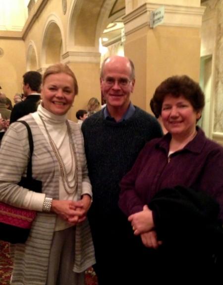 大学教授Nicki Verploegen女士(左)与朋友Shelly Mombourquette夫妇。他们表示期待观看神韵已久。今晚得见,远远超出想像。(摄影:秦紫寰∕大纪元)