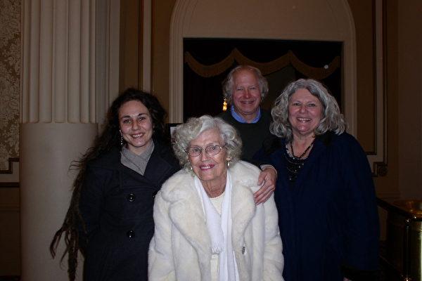 Richard  Schneider教授一家于2013年2月6日观看了美国神韵纽约艺术团在麻萨诸塞州第二大城市伍斯特市的汉欧沃剧院(Hanover Theatre)的首场演出。(摄影﹕秦川∕大纪元)