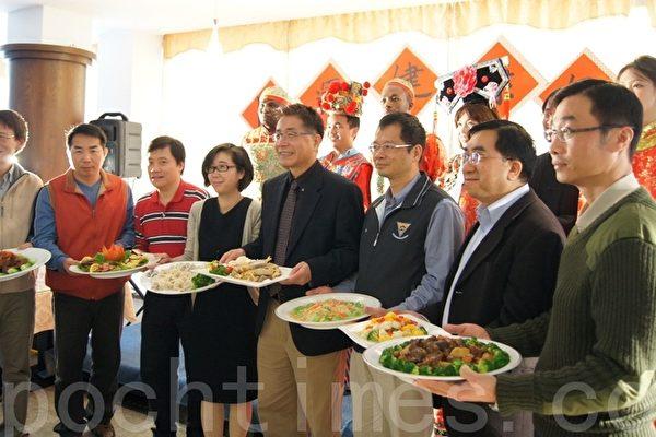 中央大學於校內綠色餐廳舉辦「開運健康年菜」活動,陪伴六十多位境外生過一個健康的好年。(攝影:徐乃義/大紀元)