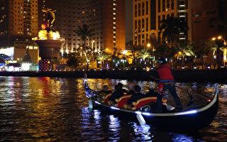 高雄燈會搭乘貢多拉遊愛河,不用出國一樣能感受到意大利威尼斯水都的浪漫氛圍。(高雄市觀光局提供)