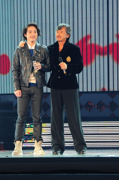 林子祥与儿子林德信同台参加《2013超级巨星红白艺能大赏》表演。(图/台视提供)