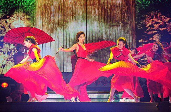 叶蒨文参加《2013超级巨星红白艺能大赏》演出。(图/台视提供)