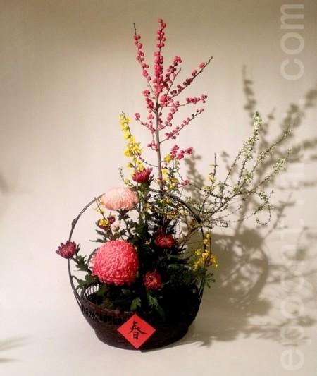 花苞向上的小黃花「連翹」則象徵迎春。(攝影:白宜芳/大紀元)