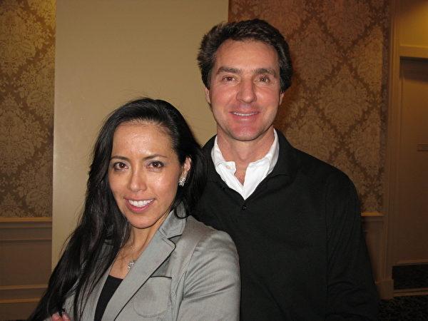 牙医Isabel Cruz女士与男友Peter Tonelli被神韵的演出深深吸引(摄影:毕儒宗/大纪元)