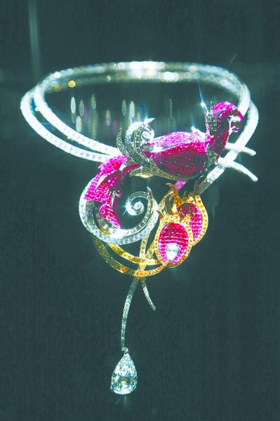 于巴黎装饰艺术博物馆展出的项链。(图:Getty Images)