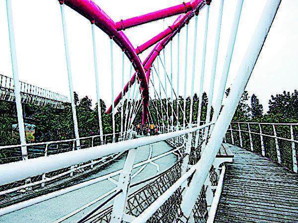 跨越省道台1线的自行车景观桥,提供单车车友一个安全又便利的骑乘空间。(图:屏东县政府提供)
