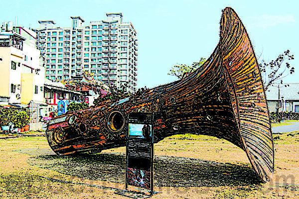 高雄港站铁道文化园区与驳二艺术特区间的装置艺术。(摄影:杨小敏/大纪元)