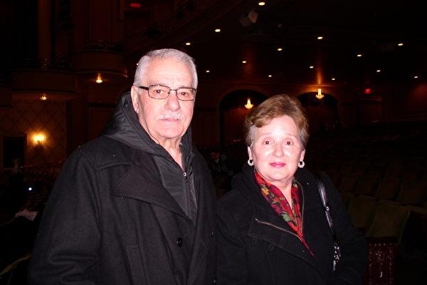 伍斯特市警察局官员Gerry Montiverdi先生与夫人观看了神韵纽约艺术团2013年2月7日在麻州伍斯特市的演出后,赞美神韵是生平所看的最美的演出。(摄影:秦川/大纪元)