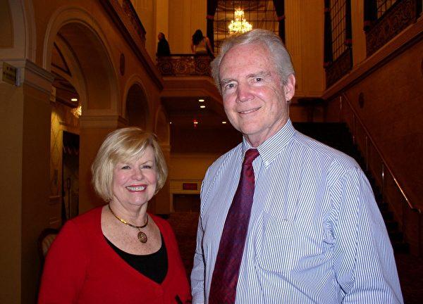 投资人John Ahern先生与夫人观看了神韵纽约艺术团2013年2月7日在麻州伍斯特市的演出后,赞美神韵是伟大的演出。(摄影:秦川/大纪元)