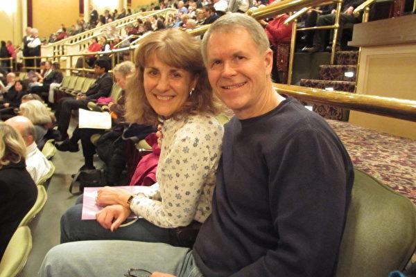 资深质量管理师Mark Bliss先生与太太观赏了 2月7日周四晚在麻州第二大城伍斯特市汉欧沃剧院(The Hanover Theatre)上演的神韵晚会。他们表示对演出的视觉及整体效果感到很赞叹。(摄影:康浩行/大纪元)