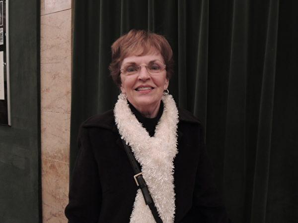 Carol Davis女士尤为喜欢动态天幕,也表示了解不同的文化可以拓宽自己的视野。(摄影:刘景丽/大纪元)