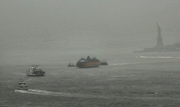 美国国家气象局已向新泽西州、纽约长岛、麻塞诸塞州、罗德岛、康乃狄克州、新罕布夏和缅因州的部分地区发出紧急暴风雪警报预计这场暴风雪将于周五席卷上述地区,周六凌晨达到最大强度。(Spencer Platt/Getty Images)
