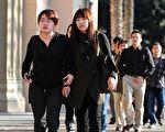 近幾年美國經濟的不景氣,促使大批美國私立中學擴招國際學生,從而引發了新一波中國高中學生赴美留學熱潮。可是,隨著大量中國學生的湧入,許多學校又不得不面對 「人滿為患」的難題。圖為美國的中國留學生。(Frederic J. BROWN/AFP)