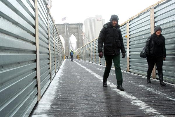 国家气象局已向新泽西州、纽约长岛、麻塞诸塞州、罗德岛、康乃狄克州、新罕布夏和缅因州的部分地区发出紧急暴风雪警报预计这场暴风雪将于周五席卷上述地区。(Spencer Platt/Getty Images)