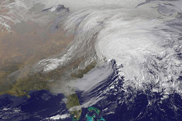 2月8日美国东北部地区将迎来国家气象局所称的历史性暴风雪,届时新英格兰和大西洋中部的大部分地区最多将可能有最多2英尺(约60厘米)的降雪,或将创下历史记录。(NOAA/AFP)