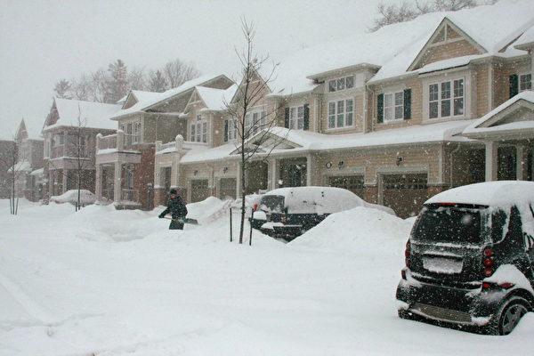 加拿大雪暴7日晚开始在大多伦多区肆虐,持续到8日,给多伦多带来25到30厘米积雪。(摄影:李佳/大纪元)
